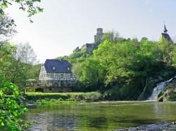 Burg Pyrmont mit Wasserfall Radfahren, Wandern, Wellnessbereich Traumhaften Urlaub im Ferienhaus günstig online buchen