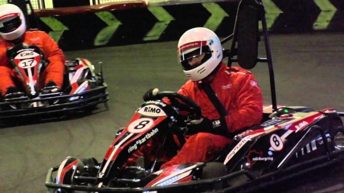 Fahrer auf der Kartbahn