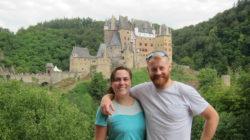 Gäste vor der Burg Eltz
