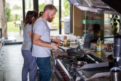Küche mit Kochinsel im offenen Wohnbereich