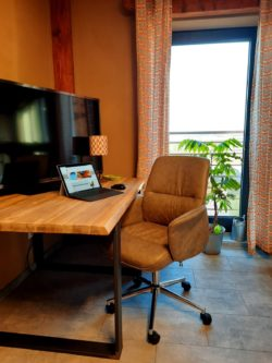 Schreibtisch mit Naturpanorama